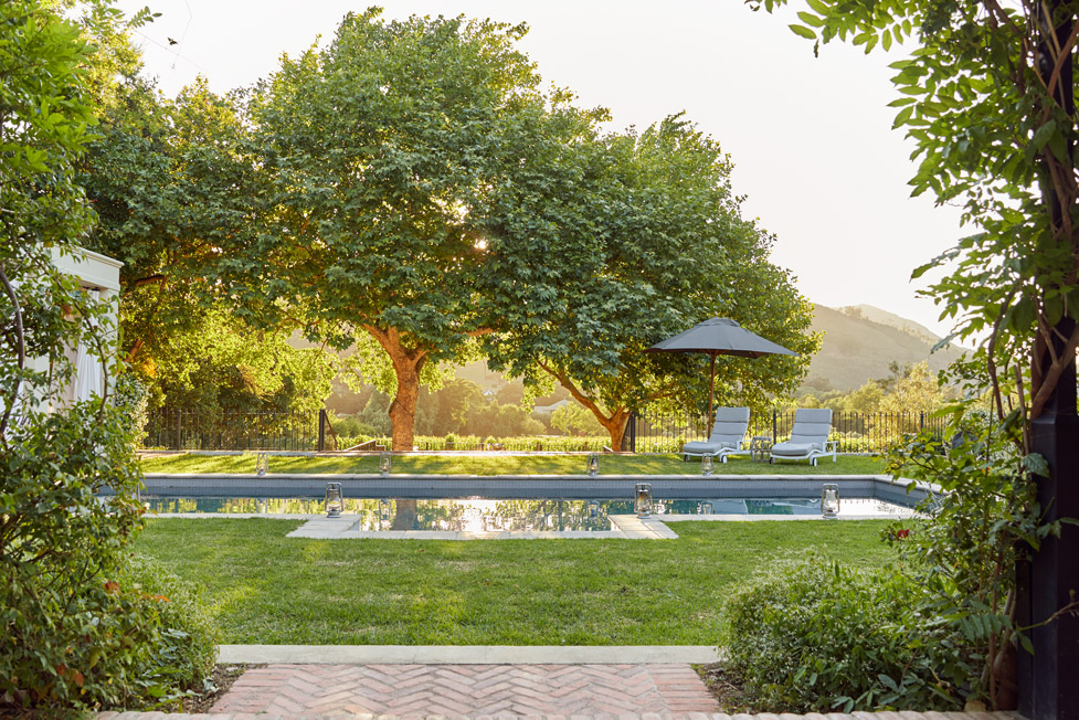LA-CLE-LODGE-view-of-pool-and-vineyards-111